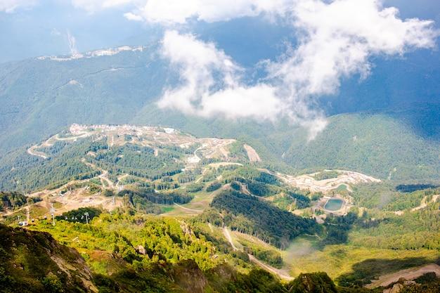Gran vista de la increíble colina a la cálida luz del sol, escena pintoresca y hermosa, atracción turística popular,