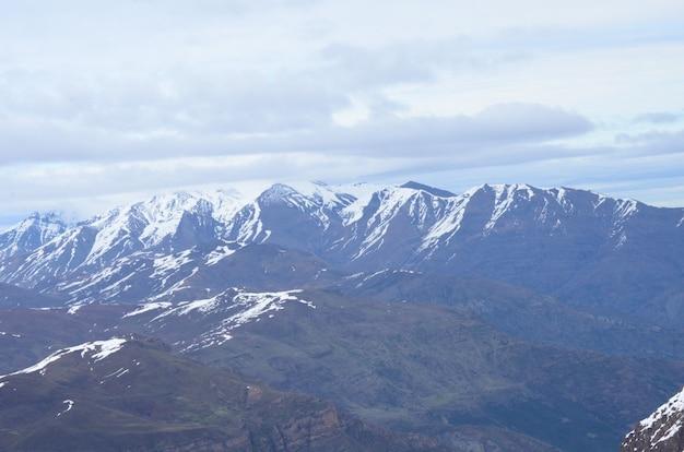 Gran vista de las montañas del valle de nevado, cordillera de los andes