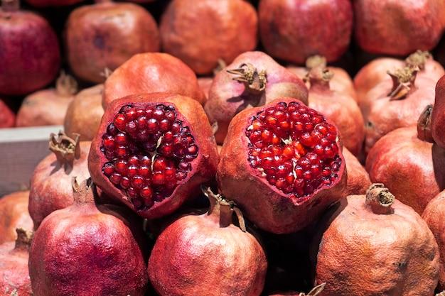 Granada fresca en el mercado. granadas de zumo en el mostrador del mercado de frutas.