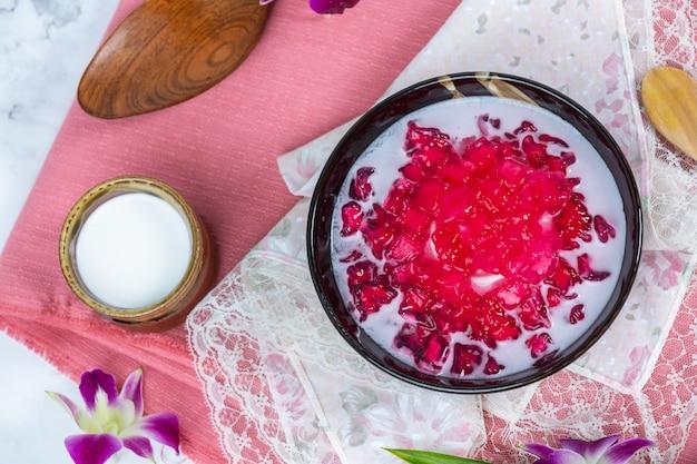 Granada simulada en jarabe de coco, yuca, postre tailandés.