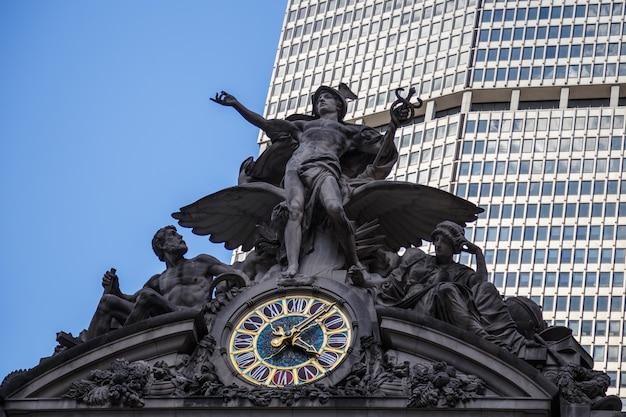 Grand central station en la ciudad de nueva york, ee.uu.la icónica estatua de mercurio en la fachada sur