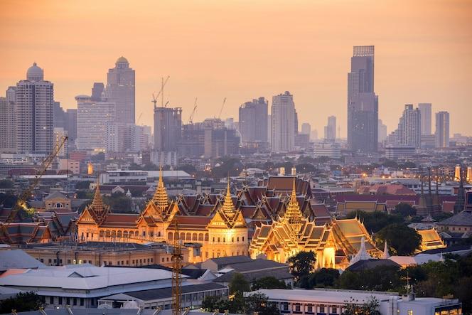 Grand palace en bangkok por la mañana.