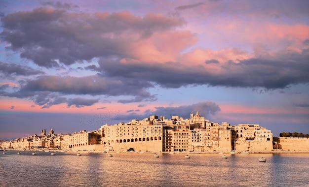 Grand valetta harbour, península de senglea en un sunse