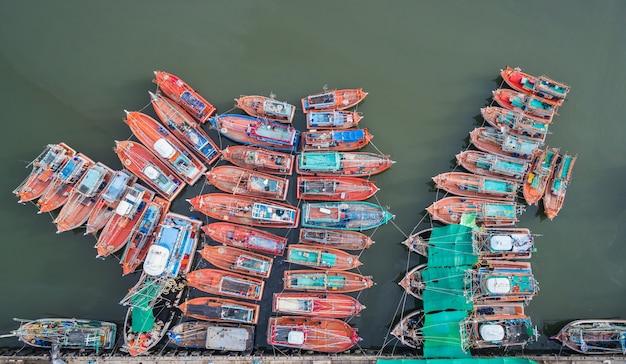 Los grandes barcos de pesca de pie en el mar en phuket