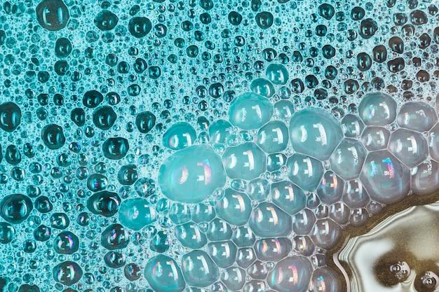 Grandes burbujas verdes en el agua.