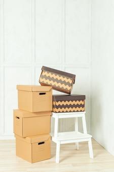 Grandes cajas de cartón de pie en una habitación.