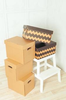 Grandes cajas de cartón de pie en una habitación