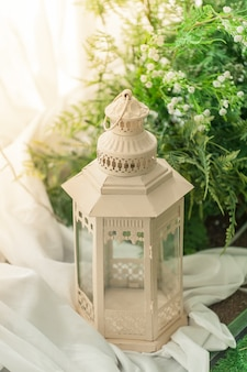 Grandes candelabros para decoraciones de boda rodeados de flores