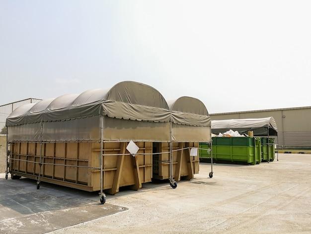 Grandes contenedores de reciclaje para separar de residuos.