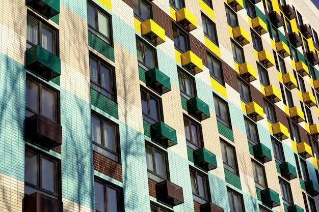 Grandes edificios de apartamentos coloridos en asentamientos residenciales