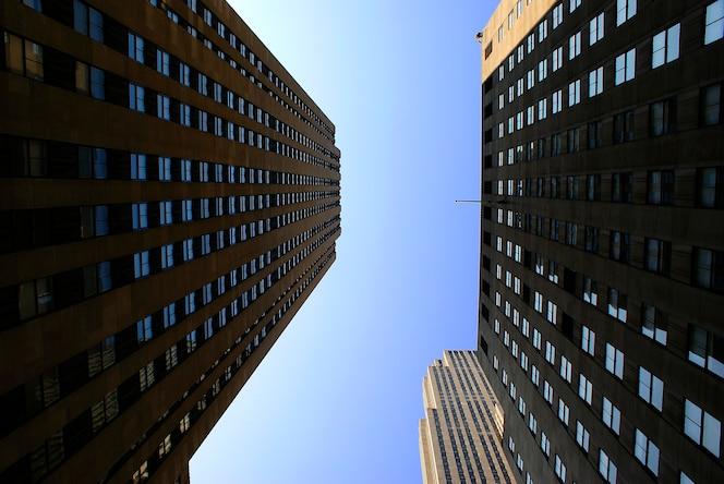 Grandes edificios con reflejos de una gran ciudad
