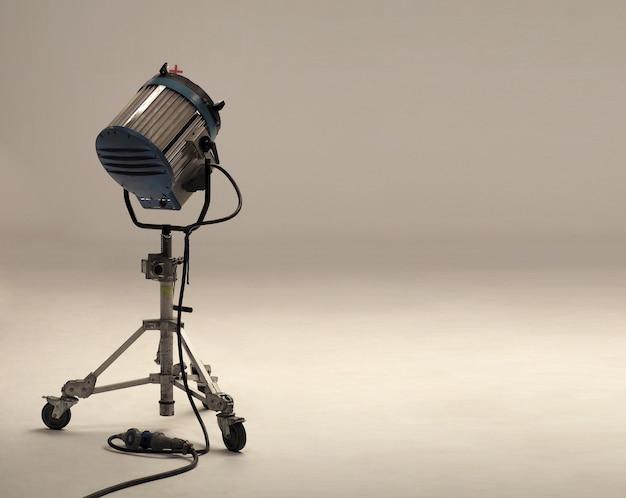 Grandes equipos de luz de estudio para filmación y pantalla profesional de películas, videos o fotos