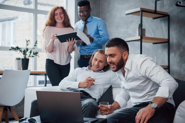 Grandes expectativas. grupo de trabajadores de oficina multirraciales en ropa formal hablando sobre tareas y planes