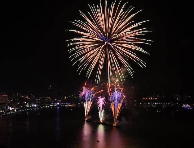 Grandes fuegos artificiales en el cielo en la playa de pattaya, tailandia