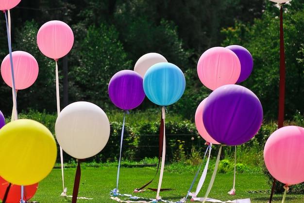 Grandes globos de diferentes colores para las vacaciones