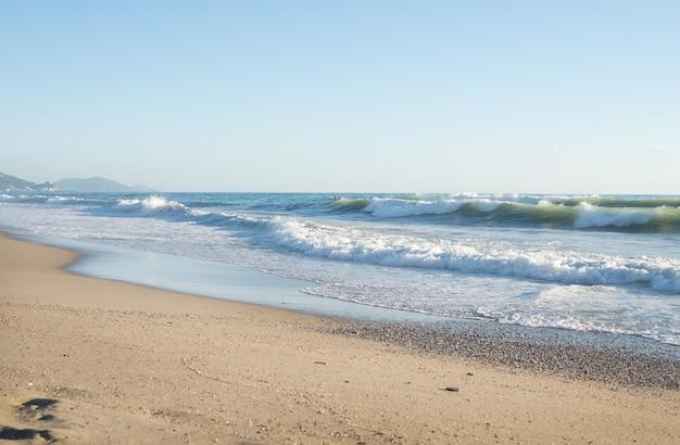 Grandes olas en el mar mediterráneo en un día claro y soleado.