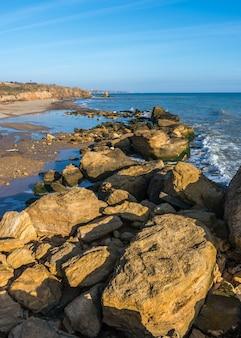 Grandes piedras en el borde del mar negro
