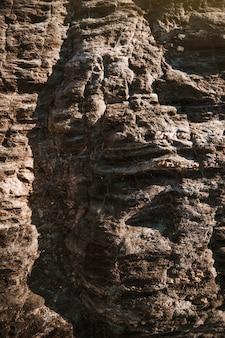 Grandes piedras grises de acantilado
