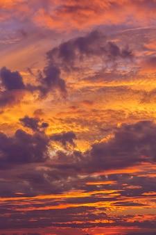 Grandes y poderosas nubes al atardecer en verano