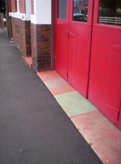 Grandes puertas rojas