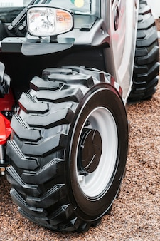 Grandes ruedas de tractor con huellas