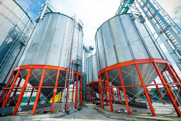 Grandes silos de metal