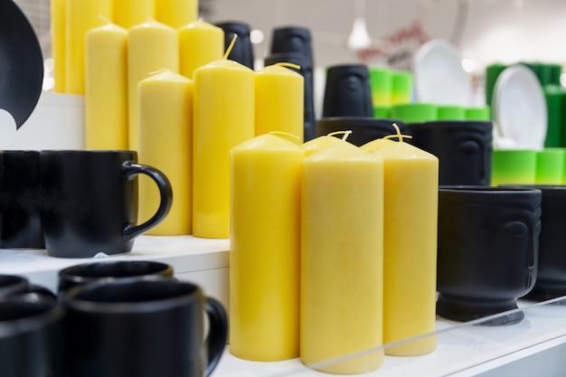 Grandes velas amarillas en una tienda de regalos. de cerca.