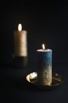 Grandes velas encendidas en candelabros.