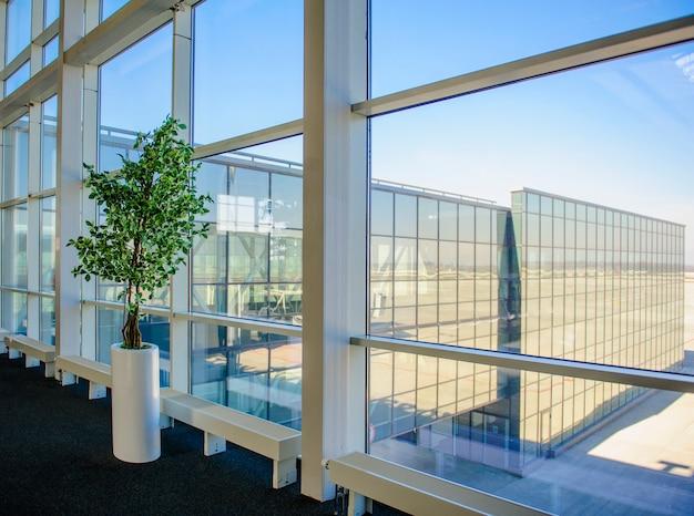 Grandes ventanales con vistas al aeropuerto de donetsk.