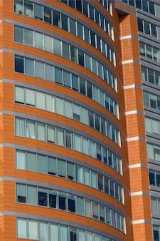 Grandes ventanas en el edificio de oficinas en el distrito de negocios.