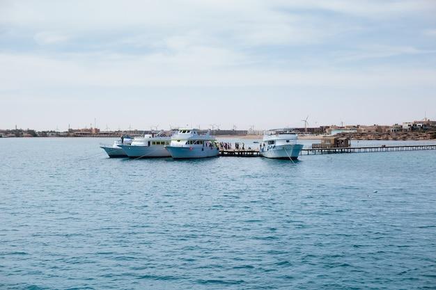 Grandes yates blancos en alta mar
