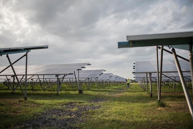 Granja de células solares en la estación de energía para la energía alternativa del sol