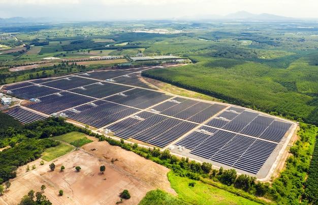 Granja de energía de células solares. vista de ángulo alto de paneles solares en una granja de energía. textura de fondo de fotograma completo. vista aérea planta de energía y energía verde y concepto de calentamiento global.