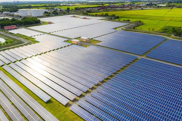 Granja de energía solar que produce energía renovable limpia del sol