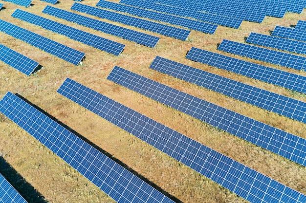 Granja de paneles solares en el campo.