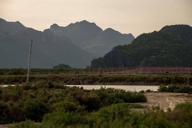 Granjas de camarones y montañas de piedra caliza al atardecer en el parque nacional sam roi yot, tailandia