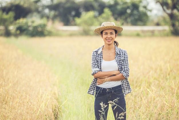 El granjero está en el campo de arroz y cuida su arroz.
