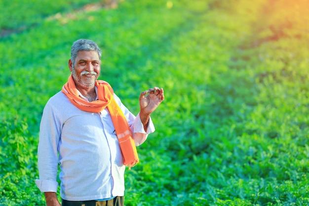 Granjero indio joven en el campo.