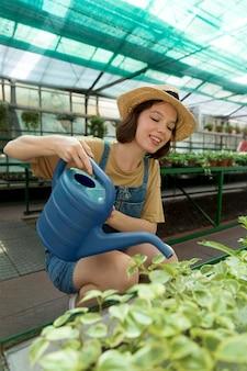 Granjero de sexo femenino que trabaja en un invernadero