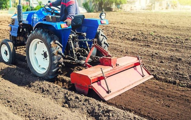 Granjero en un tractor cultiva la tierra después de la cosecha.