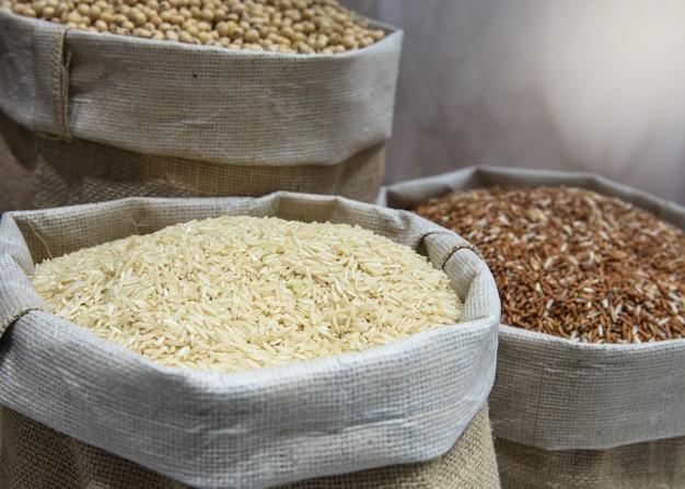 Grano de arroz en saco de cáñamo, arroz jazmín, arroz integral, arroz rojo,