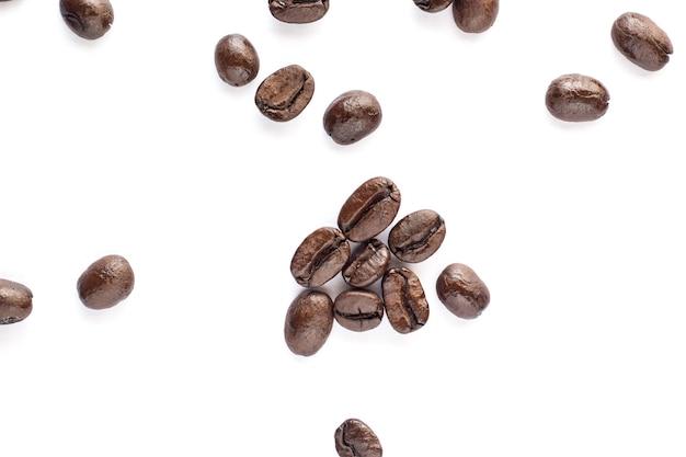 Grano de café sobre fondo blanco.