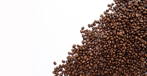 Grano de café sobre mesa blanca