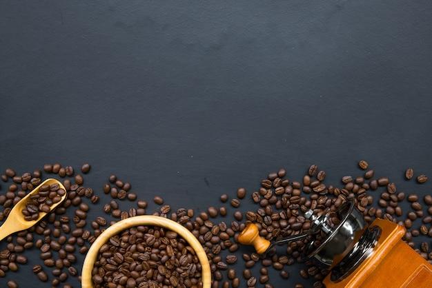 Grano de café sobre piso de madera negra