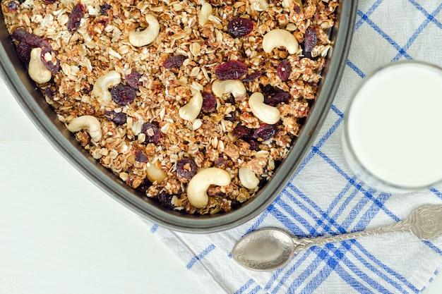 Granola en una bandeja para hornear y yogurt