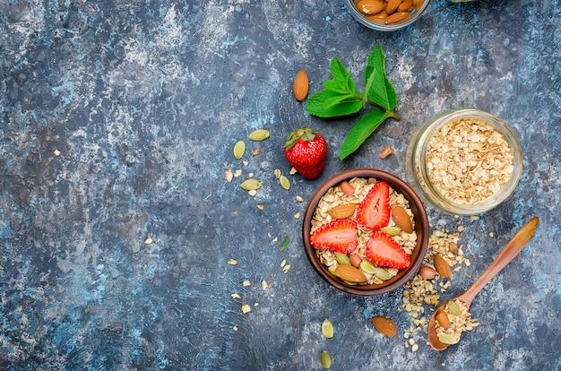 Granola casera con fresas frescas