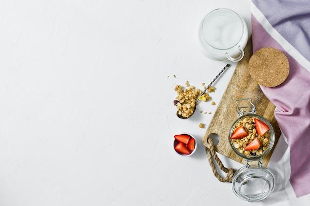 Granola casera con fresas en un tarro de cristal.