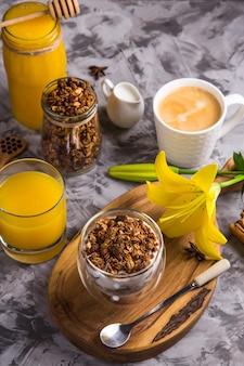 Granola casera con nueces y frutos secos y chocolate para el desayuno.