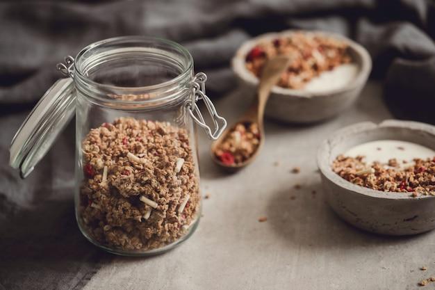 Granola. delicioso desayuno en la mesa