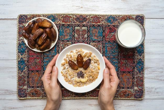 Granola con fechas. muesli árabe con fechas. ramadán comida.